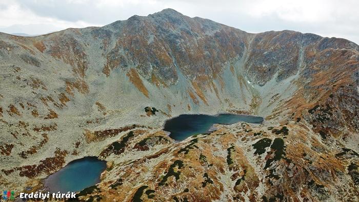 A Kusztura tavak fölé magasodik a névadó csúcs